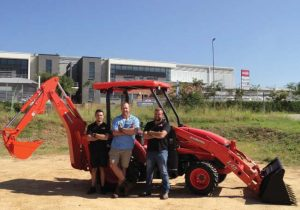 Zander van der Merwe, werknemer van Smith Power Equipment, Nelspruittak, Jacques de Klerk van JDK Konstruksie en Dirk Joubert, gebiedsbestuurder van Smith Power Equipment.